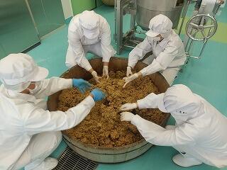 塩切麹と蒸煮大豆を混合